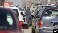 Người phụ nữ Afghanistan xin bố thí từ người lái xe ở thủ đô Kabul, Afghanistan, ngày 27/1/2016.