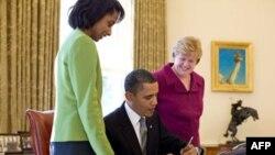 白宫经济顾问委员会主任罗默(右)与奥巴马