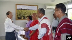 Burma's President Thein Sein (L) shakes hands with representatives from the Karen National Union (KNU), including KNU General Secretary Naw Si Pho Ra Sein (2nd L, in purple) and KNU General Mutu Saipo (C), in Thein Sein's private farm house in Naypyitaw,