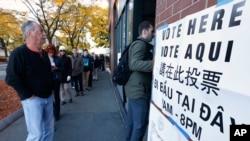 Người dân xếp hàng bỏ phiếu ở East Boston, ngày 8 tháng 11 năm 2016.