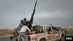 Sekelompok tentara pemberontak Libya meninggalkan kota Ras Lanuf, setelah pasukan pro-Gaddafi yang mengejar mereka tiba di pinggiran kota ini, Selasa (29/3).