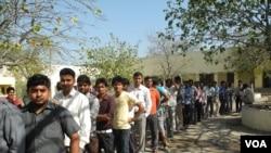 Para pemilih India anti untuk memberikan suara dalam pemilu di pinggiran ibukota New Delhi, Kamis (10/4).
