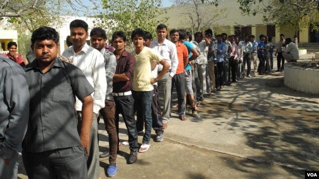 Long lines at a polling station on the outskirts of New Delhi, April 10, 2014. (Anjana Pasricha/VOA)