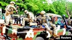 umugabo washakaga guhitana Koloneli Asimi Goita Perezida w'inzibacyuho wa Mali aryamye mu ikamyoneti nyuma yo gutabwa muri yombi