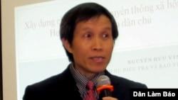 Nguyễn Hữu Vinh, mantan polisi dan pendiri blog terkenal Ba Sàm yang mengulas masalah politik, korupsi dan kebijakan luar negeri Vietnam (Foto: dok). Nguyễn Hữu Vinh dan Nguyễn Thi Minh ditangkap di Hanoi, Senin (5/5) atas tuduhan menyalah gunakan kebebasan demokrasi di Vietnam.