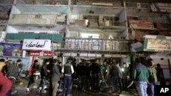 이슬람 수니파 무장단체 ISIL이 11일 이라크 바그다드 쇼핑몰에서 총격을 가해 적어도 18명을 살해했다. 총격 사건이 발생한 쇼핑몰 앞에 사람들이 몰려있다.