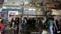 Warga Irak berkumpul di sebuah mall, pasca serangan bunuh diri di Baghdad hari Senin (11/1).