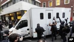 阿桑奇在囚車押解下離開倫敦法院