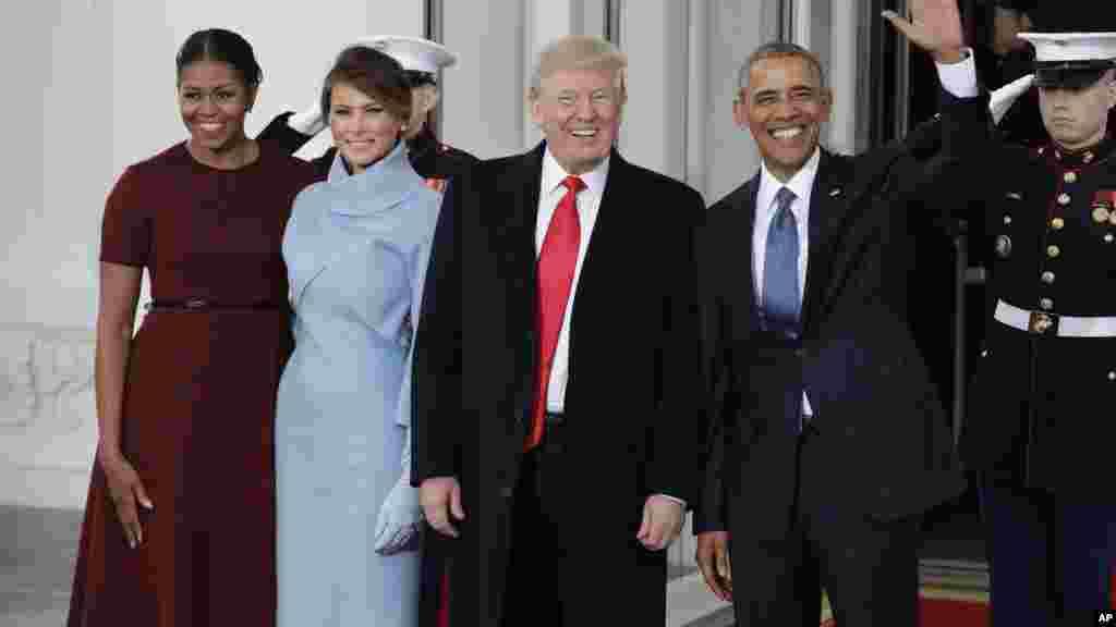 Barack Obama et Michelle accueillent Donald Trump et Melania à l'entrée de la Maison Blanche, le 20 janvier 2017.