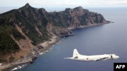 일본 해상 방위대 소속 항공기가 센카쿠 열도 상공을 날고 있다. (자료사진)