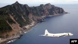 Foto tertanggal 13/10/ 2011 ini memperlihatkan Pesawat Pertahanan Jepang melintas di wilayah kepulauan yang disengketakan di atas perairan China Timur.