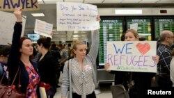 Manifestación en contra de los decretos antirefugiados promovidos por Trump en el aeropuerto internacional de Dulles, en Virginia.