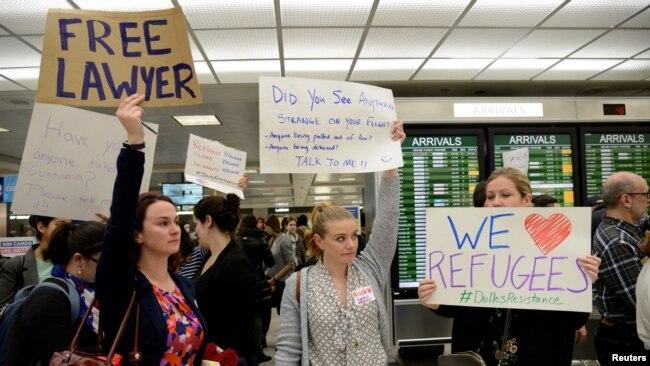 Warga AS melakukan protes atas Larangan Perjalanan Presiden Trump di bandara internasional Dulles di pinggiran Washington DC (foto: dok).