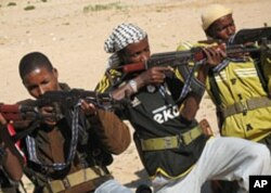 Somali's are trained how to handle assault rifles at the Arbiska training camp just outside the Somali capital, Mogadishu (2006 file photo)