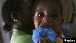 Seorang ibu dengan HIV menggendong bayinya yang tidak terinfeksi di sebuah tempat penampungan di Jayapura, Papua. (Foto: Dok)