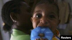 Seorang ibu dengan HIV menggendong bayinya yang tidak terinfeksi virus tersebut di sebuah tempat penampungan di Jayapura. (Foto: Dok)