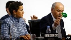 지난해 12월 프랑스 파리에서 열린 유엔 기후변화협약 당사국총회에서 로랑 파비우스 프랑스 외무장관(오른쪽)이 합의안을 확증하며 망치를 두드리고 있다. (자료사진)