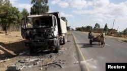 에티오피아 오로미아 주의 한 도로에 17일 시위도중 불에 탄 트럭이 서 있다.