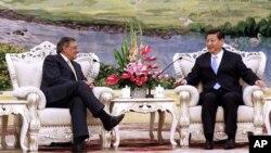 El secretario de Defensa de Estados Unidos, Leon Panetta, conversa con el vicepresidente chino, Xi Jinping, en Beijing, este miércoles 19 de septiembre de 2012.