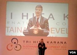 Prof. Jeffrey D Sachs saat menyampaikan pidato pada pembukaan Konferensi Internasional Pembangunan Berkelanjutan di Nusa Dua Bali, 6 Oktober 2013 (VOA/Muliarta)