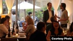 Những người tham gia câu lạc bộ ăn tối đồ ăn Việt tại nhà của chị Uyên Lưu, London, Anh.