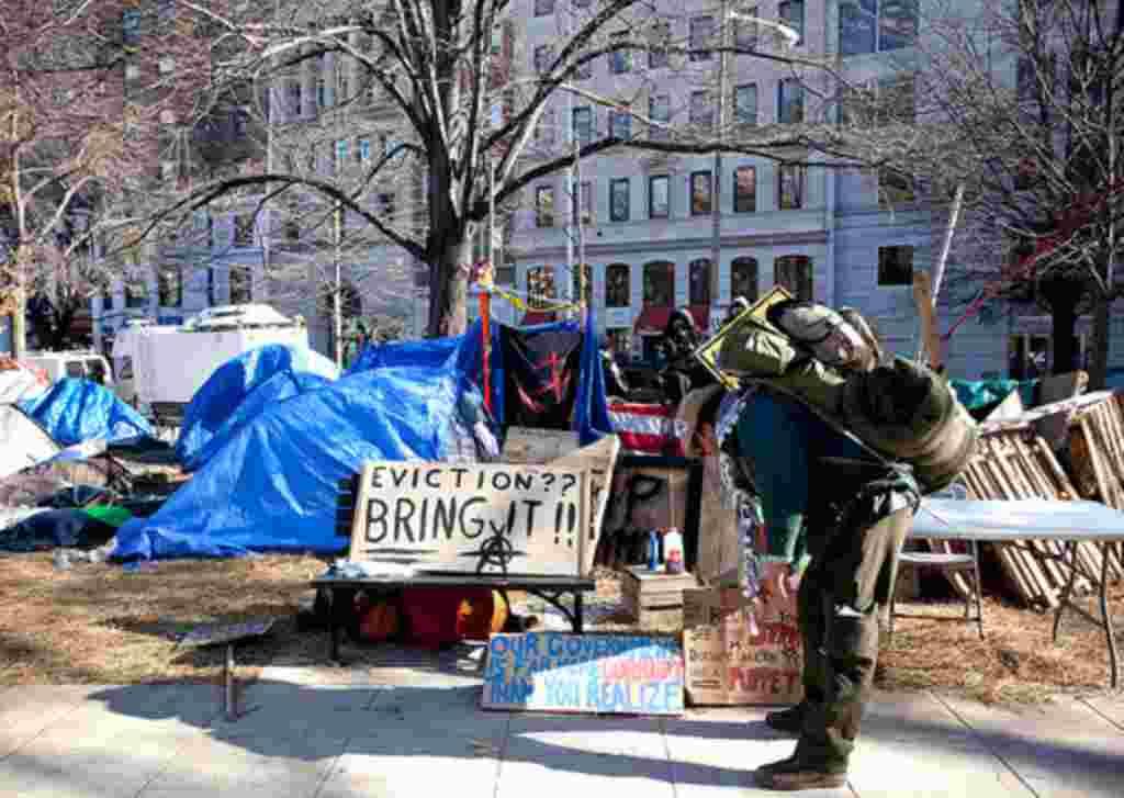 Las autoridades en Washington, la capital de EE.UU., dejaron pasar la fecha límite para que los manifestantes desalojaran los parques.