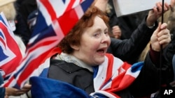 """Tư liệu- Một ủng hộ viên của """"Brexit"""" đang vẫy cờ bên ngoài Nghị viện Anh."""