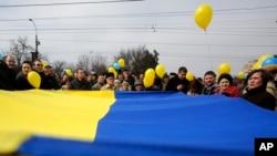 طرفداران حفظ وحدت اوکراین، پرچم کشورشان را به نشانه وحدت در دست دارند - سیمفروپل، نهم مارس