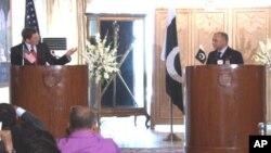 Le représentant spécial américain, Marc Grossman, et le secrétaire pakistanais aux Affaires étrangères, Salman Bashir, à Islamabad
