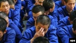 Các học viên cai nghiện mới được đưa đến một trung tâm cai nghiện ở ngoại ô Hà Nội.