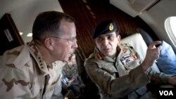 Laksamana AS, Mike Mullen saat bertemu Panglima militer Pakistan Ashfaq Parvez Kayani (foto: dok.). Hubungan kedua negara sempat memburuk karena AS melakukan serangan tanpa ijin di Pakistan.
