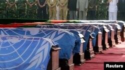 Cercueils de casques bleus tués en RDC, à Dhaka, Bangladesh, 1er mars 2005.