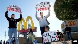 Trabajadores protestan frente a un McDonald´s en Arizona en reclamo de que se les suba el salario mínimo