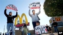 Demonstrasi pekerja restoran cepat saji yang menuntut kenaikan upah minimum di Phoenix, Arizona pada Desember 2013.