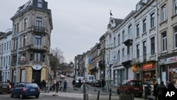 Polisi Belgia bersiaga di Verviers (16/1/2015) dalam sebuah razia anti terorisme. Polisi negara itu kini sedang mencari tersangka penyerangan museum Yahudi bulan Mei lalu.