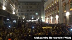 Nekoliko hiljada ljudi okupilo se večeras u centru Beograda na protestu (Foto: Glas Amerike)