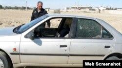 یک عضو نیروی انتظامی در کنار خودروی آسیب دیده دادستان زابل پس از حمله افراد مسلح - ۱۵ آبان ۱۳۹۲