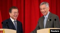 Tổng thống Hàn Quốc và thủ tướng Singapore trong cuộc gặp năm 2018.