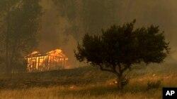 Ngọn lửa thiêu rụi một khu công trình hôm 15/5/2014 ở Escondido, California.