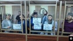 რუსეთი - ყირიმელმა პოლიტიკურმა პატიმრებმა დეპორტაციის წლისთავზე აქცია მოაწყვეს სასამართლო დარბაზში. დონის როსტოვი, 2020 წლის 18 მაისი.