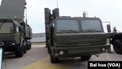 2014年莫斯科武器展覽中展出的S-400防空導彈系統。(美國之音白樺攝)