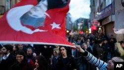 Protes menentang hasil referedum diadakan di Istanbul hari Rabu (19/4).