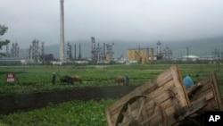북한 라선특별경제지구 주변 밭에서 주민들이 일하고 있다.