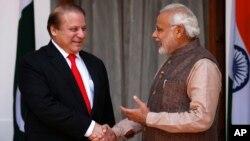 나렌드라 모디 신임 인도 총리(오른쪽)와 나와즈 샤리프 파키스탄 총리가 지난 27일 뉴델리에서 만나 화해와 관계 개선을 위한 방안을 논의했다.