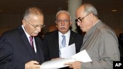 巴勒斯坦外长马利基(中)和伊斯兰会议组织秘书长诺格鲁(左)与巴勒斯坦驻联合国教科文组织大使桑巴(右)10月31日在巴黎联合国教科文组织会议上