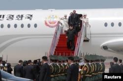 Lãnh tụ Bắc Hàn Kim Jong Un bước xuống máy bay tại Đại Liên, trong chuyến đi thăm Trung Quốc để hội đàm với Chủ tịch TQ Tập Cận Bình ngày 9/5/2018. Ảnh của Hãng thông thấn KCNA