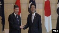 日本首相安倍晉三6月3日在東京首相官邸與到訪的澳大利亞國防部長安德魯斯舉行會談時。(視頻截圖)