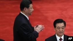 习近平胡锦涛(右)在共青团成立90周年大会上(资料照)