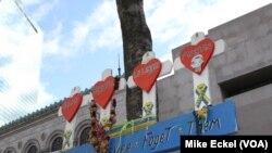 На улице Бойлстон 755 в нескольких шагах от финишной черты марафона почти ничего теперь не напоминает о бойне 2013 года, за исключением небольшого импровизированного памятника, привязанного к деревцу