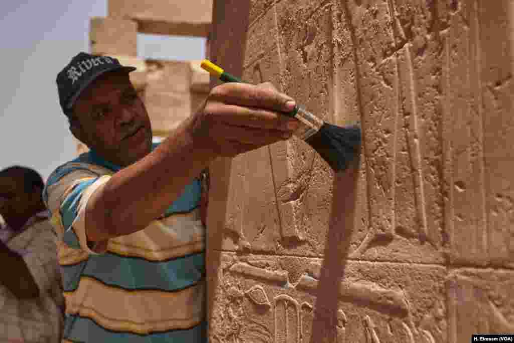 Abdul-Naser, egipatski arheolog vrši restauraciju reljefa na zidu hrama u Karnaki blizu Luksora Egipat, 20. april, 2018.